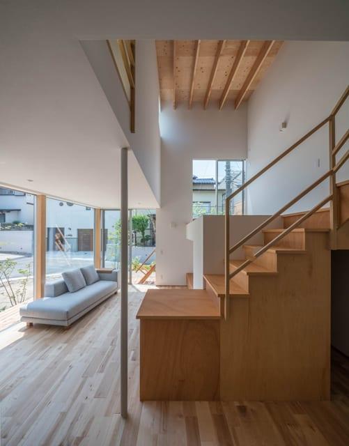 ダイニングキッチンからリビングの眺め。スキップフロアと畳スペースの下は収納スペースとなっている