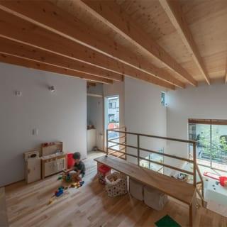 キッズリビング。2階中央部にありながらも採光・通気ともばっちり。床材は1階・2階とも素足が気持ちいい無垢材を使用