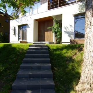 ゆるやかな階段を登り、いちょうの木をくぐるように進むことでD邸の玄関にたどり着く
