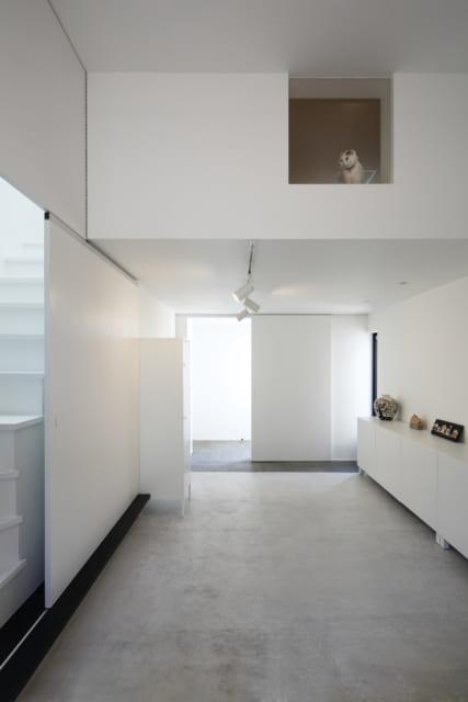 陶芸作家の奥様が作品の製作を行う1階の土間スペースには、電気炉を置くことを想定。また、猫たちが逃げ出さないよう、二重の扉で玄関ドアと室内を仕切る工夫も