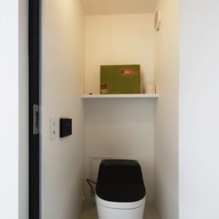 モノトーンが印象的なトイレ。水回りにも一貫してシンプルモダンのコンセプトが採用されている