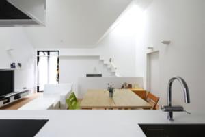 三角屋根が印象的!シンプルモダンを極めた二世帯住宅
