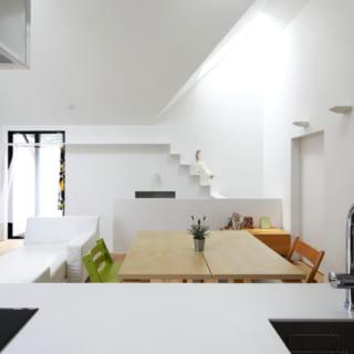 Sさんご夫婦とお子さんのスペースとなる2階のLDK。スキップフロアを採用しており、踊り場から猫室と主寝室へ入り、さらに半階上がって2階のリビングダイニングに到達する