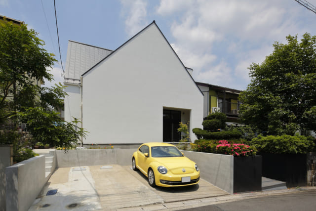完全分離型の二世帯住宅であるS邸。正方形の大開口内に親世帯の玄関があり、Sさん世帯は左の側面側からアプローチするつくりとなっている