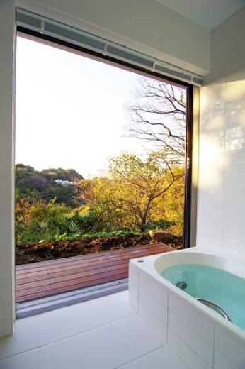 D邸の見事な眺望を活かした浴室からの眺め。まるで露天風呂からの眺めのようだ