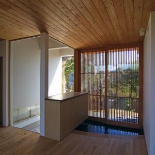 主に唐松の素材を用いてつくられたD邸の玄関。色合いが整えられているだけでなく、柔らかな雰囲気も醸し出している