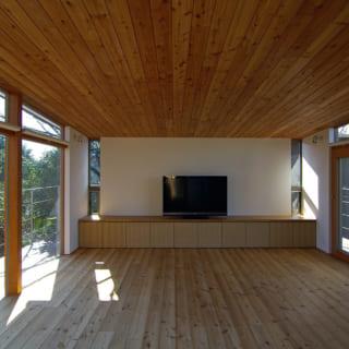 室内から見ると、東西方向にデッキが見える。その向こうには鎌倉の見事な景色が広がっているのだ