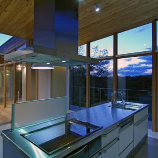 夕暮れどきにアイランドキッチンから見える景色。いながらにして時間とともに、季節の移ろいも感じられる