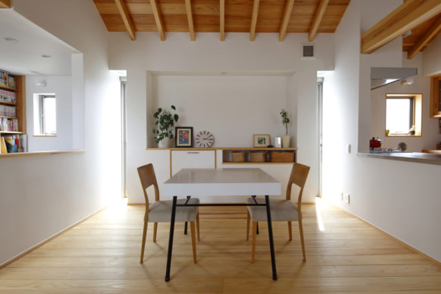 床や柱、天井に天然の杉をたっぷり使ったリビング。床の杉も40ミリの厚さがあるので、はだしで踏んだ感じもとても心地よい