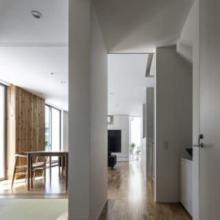 1階 玄関から和室、LDKを見る/和室の畳の床は少し浮いたようになっていて、空間の軽やかさを生んでいる。写真右のドアノブは1階トイレ。その先には手洗いもあり、お子様が帰宅後すぐに手を洗う習慣がついて好評だそう