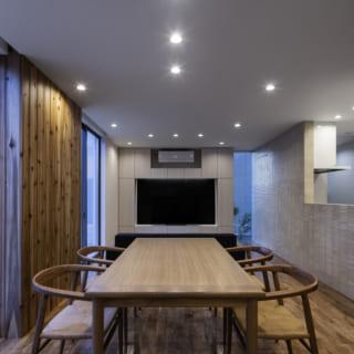 1階 LDK/松岡さんは照明計画も得意としており、S邸の照明は空間の開放感を損なわない埋め込み型のダウンライトを多用。テレビまわりは間接照明も入れている。それぞれのライトがどの位置に当たり、光の陰影がどのように空間を魅力的に見せるか計算し尽くしている