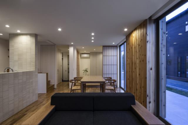 1階 LDKから和室・玄関を見る/写真右が南の庭。1階は玄関を入ってすぐに和室があり、その先にLDK。玄関とLDKは戸袋のある引き込み戸で区切られている。この引き込み戸と和室の障子はいずれも下がり壁がなく、全て開けると1階全体がつながる大きなワンルームに。開放的で家族のコミュニケーションがとりやすい