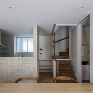 1階 キッチン、階段/キッチンカウンターのリビング側は、調理中の手もとが見えず、それでいてダイニング・リビングの家族と会話しやすい高さに設定。キッチン横には階段があり、帰宅したお子様が家族の顔を見てから自室へ行ける
