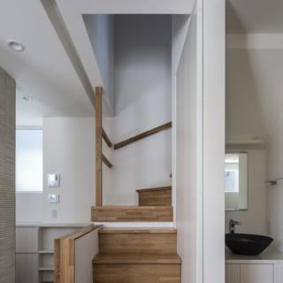 1階 階段/LDK内にあるのでデザインにもこだわり、手すりの圧迫感をできるだけ排除。中段は少し浮いて見えるよう設計し、軽やかな印象にしている。ここに座るとLDK全体を見渡せて、居心地が良いそう