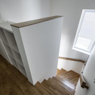 2階 階段上/階段をのぼりきったスペースにある、造り付けの本棚。この上にインターホンを設置したり、お気に入りの写真などを飾ることもできる