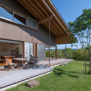 屋根のケラバ側は約3mも張り出している。外壁は信州産唐松を着色して使用