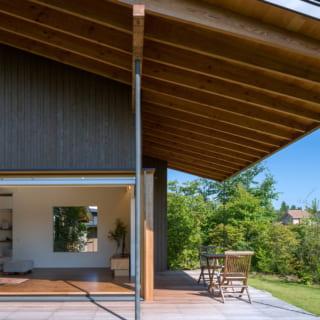 軒側の張り出しは約2m。木造の一般住宅でこれほど軒が張り出すのは、珍しいのではないだろうか。宮崎さん曰く「結構、頑張りました(笑)」と