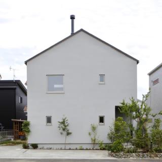 抑えたグレーの色調の左官壁と切妻屋根の形がそのまま印象的なフォルムをつくり上げている。