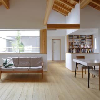 リビングの左奥には中庭。右側には旦那さんのご要望に応えてつくられた、書斎替わりのスタディスペースが配されている
