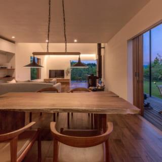 ダイニングキッチンからリビング。テーブルの天板は、施主と家具職人と一緒に木市場へ足を運んで選んだクルミの一枚板だ