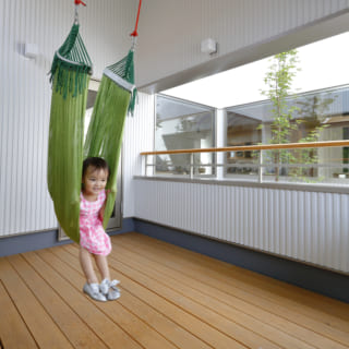 屋根付きのインナーバルコニーは、外でもあり、室内でもある空間。子どもたちの安全な遊び場としても大活躍している
