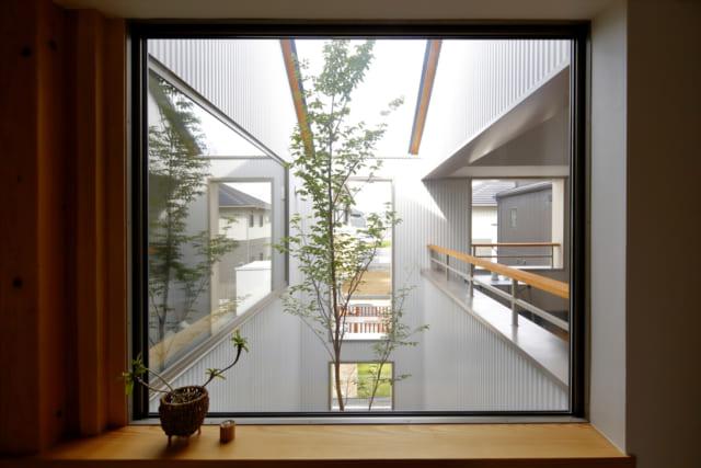 2階のリビングから見た中庭。右は同じくリビングスペース。そして左にはインルームバルコニーが配されている