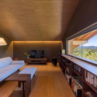 2階のオーディオルーム。窓の外の風景を眺めながらリラックスした時間が過ごせる