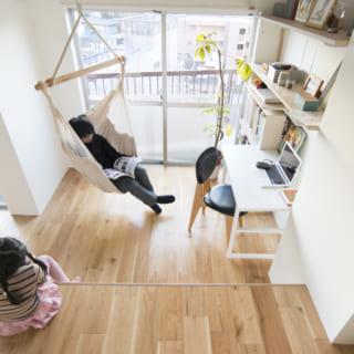 仕事の合間にくつろぐこともできる、ハンモック状の椅子。小上がりで遊ぶ子どもとの目線もちょうどいい感じだ