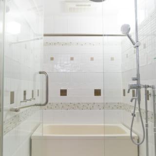 ガラス張りのバスルームは、とても明るく、狭さを感じない空間になっている。タイルのアクセントもとてもオシャレだ