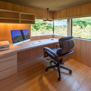 オーディオルームの隣には、こじんまりとした書斎を設けた