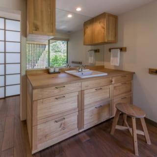テーブルやイス、チェストなどの木製家具はオーダーメイド。建物の雰囲気によく合っている