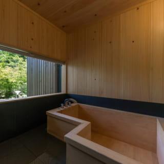 ヒノキ材を使った風呂。湯船は使い勝手を優先し防水コーティングを施している