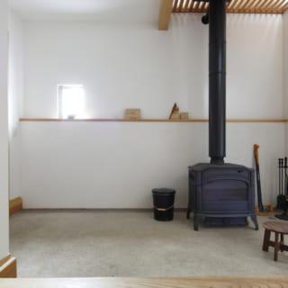 正面から見た土間スペース。旦那さんが火の番をしながら、趣味の部屋として利用できるよう考えられた