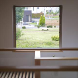 リビングの窓の外には公園があり、子どもたちが遊ぶ姿も眺めることができる。公園を見下ろす位置に窓を設けたのも、岩瀬さんのこだわりだという