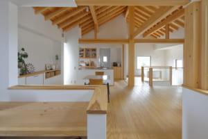 インルームバルコニー&中庭がアクセント!天然杉を贅沢に使った「切妻屋根の家」