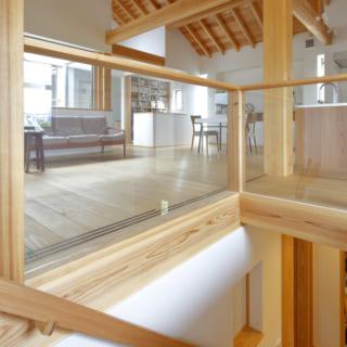 階段の踊り場から見たリビング。ガラス張りとなっているため、階段を上がりながら室内を広く見渡すことができる
