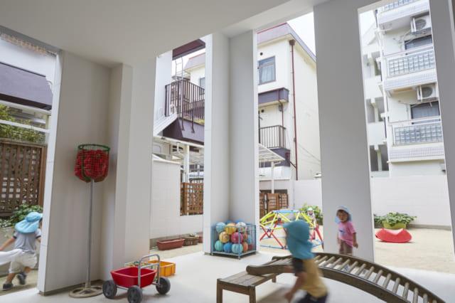 園児たち雨の日でも楽しく遊べる「園庭のピロティ」。まるで保育園の建物の一部のようで、とても一軒家の庭の一部分には見えないだろう