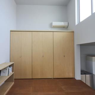 こちらも、ステップの段々を上手く利用した収納スペース。たくさんの物が収納でき、スッキリと見栄えもよい