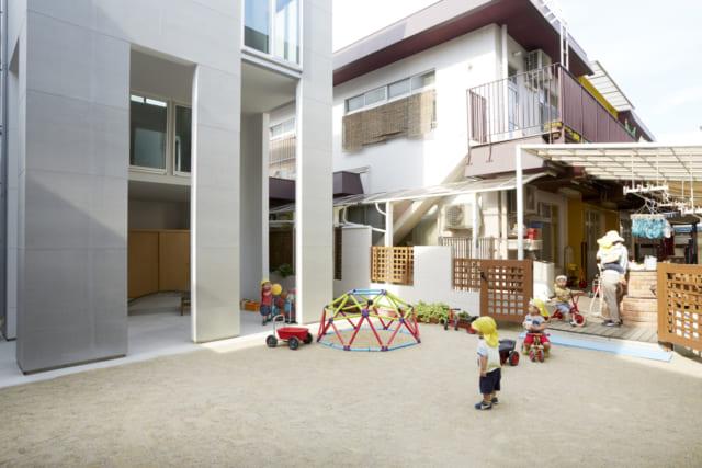 保育園の裏側から行き来できるところ。ほぼ段差もなくして、小さい園児達も自由に出入りできるだけでなく、万一ために、門扉も設けてある