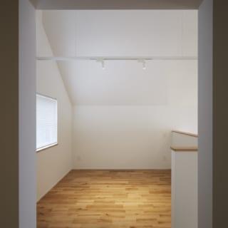 2.5階 個室/三角屋根の斜め天井が秘密基地のようで、大人でもワクワクするスペース。適度な独立感があって居心地が良い