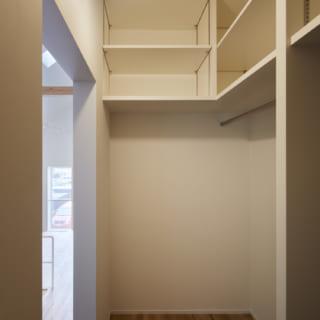2.5階 ウォークインクローゼット/スキップフロアによって豊富な収納を確保。ウォークインクローゼットは衣類収納に使用