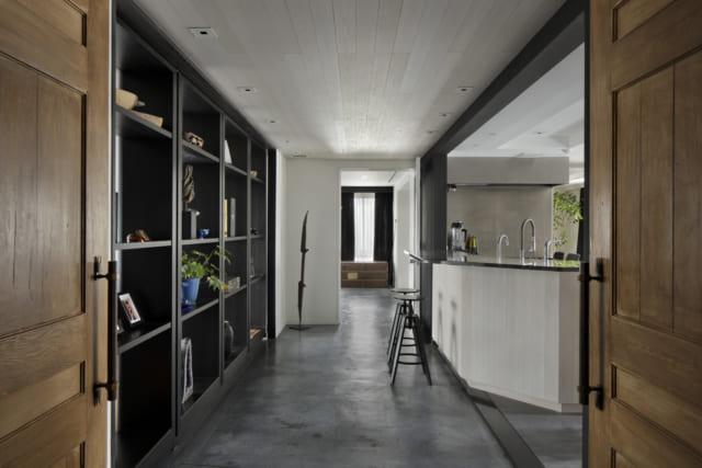 お客様を招き入れる雰囲気と、プライベートな空間が守られたアプローチ。カウンターが重厚な雰囲気をやわらげ、ゲストを招き入れやすいデザインとなっている
