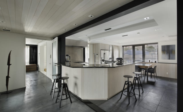 スタイリッシュなシンプルモダンのL字型キッチン。ほどよく陽光が入り、明るい空間を醸し出している