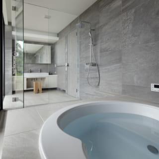 見事なまでの景観を堪能できるバスルーム。富士山を眺めながら入浴をすることで、心身ともにリラックスできる週末を過ごせそうだ