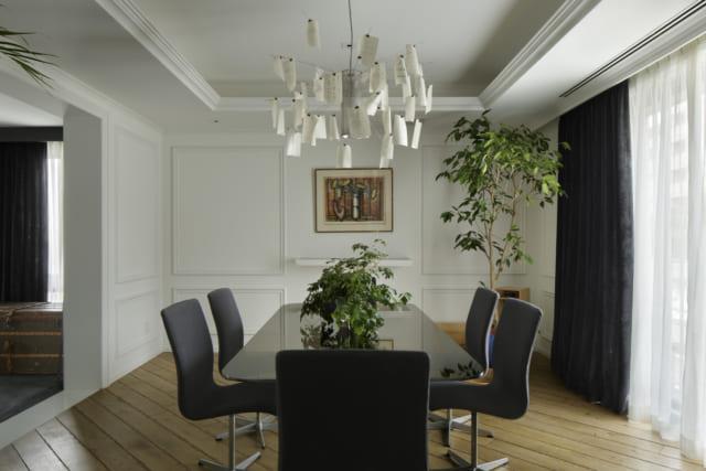 オープンで開放的な空間の中で、きっちりと確保された空間の応接室。白い壁や天井、重厚過ぎない照明器具が、さわやかさを演出している