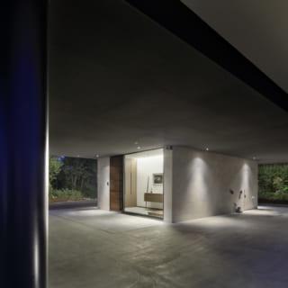 エントランスのみの1階。柱のみといった空間は、強度とともに、潔ささえ感じてしまうデザインだ。ゲストルームも品良くまとまっている