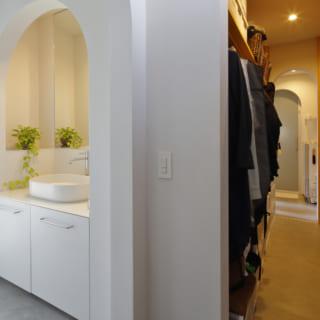 玄関脇には、家族みんなで使う大容量のSICとWICが。収納の大半をこの場所に集中させることで、各部屋がすっきりと