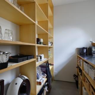 キッチンと逆サイドに設けられたドリンクコーナー。さながらレストランの厨房とバーコーナーのよう