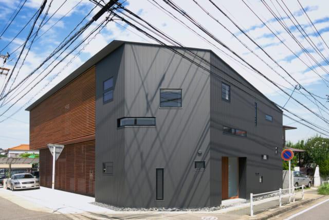 木製ルーバーの奥が住居スペース、ガルバニウム鋼板に覆われた場所が建築事務所。実験的にさまざまな窓が使用されている