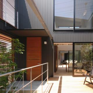 2つの中庭を通して、二世帯の家が一つにつながる。1・2階ともに大きな窓が設けられ、光と風をたっぷり取り込んでいる